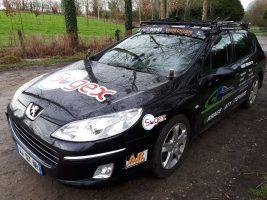 la voiture suit l'entraînement pour la sécurité des cyclistes de l'ASPTT Rennes